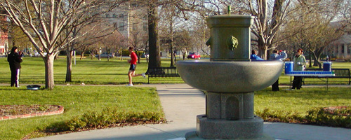 photo of runner at South Park fountain during 2007 Lawrence Half Marathon